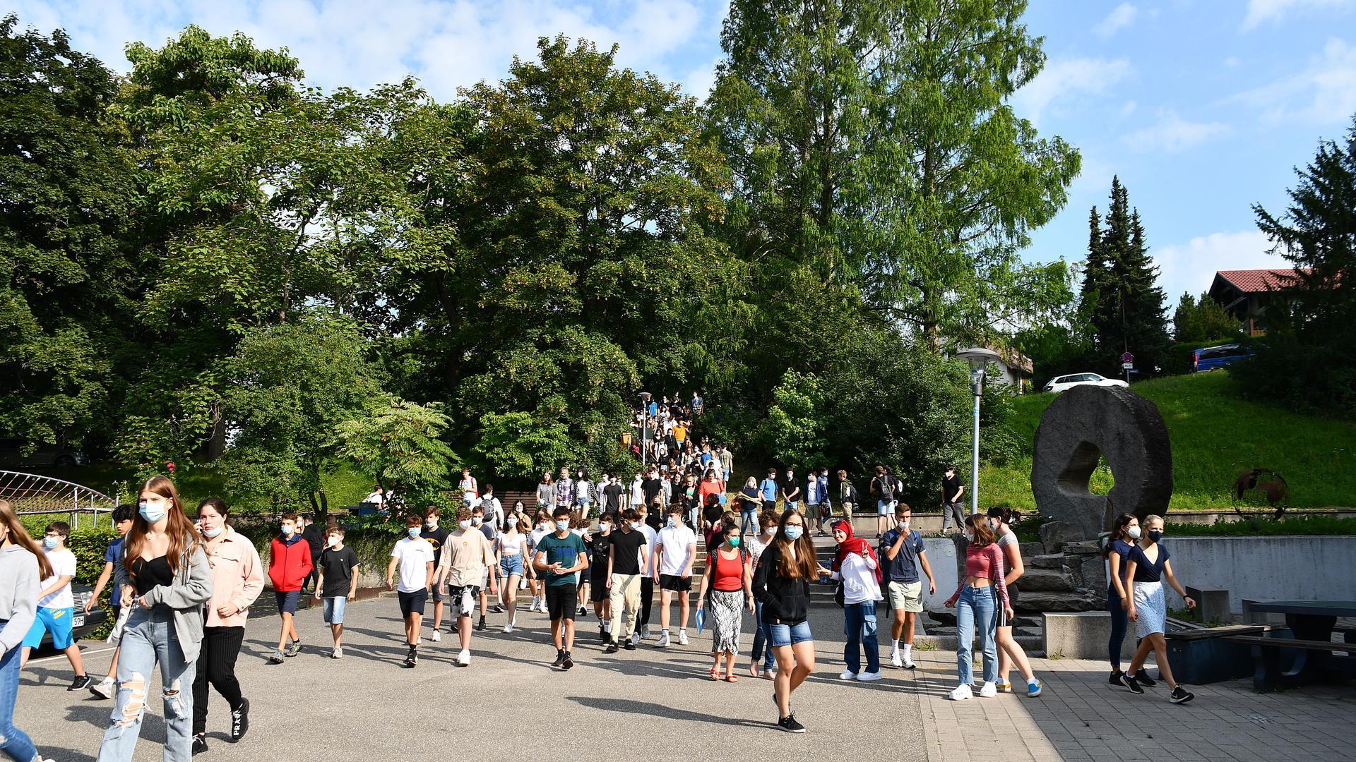 Schüler auf dem Rückweg vom Stadtpark zum Goethe-Gymnasium
