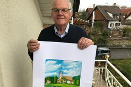Mann zeigt Bild auf dem Balkon