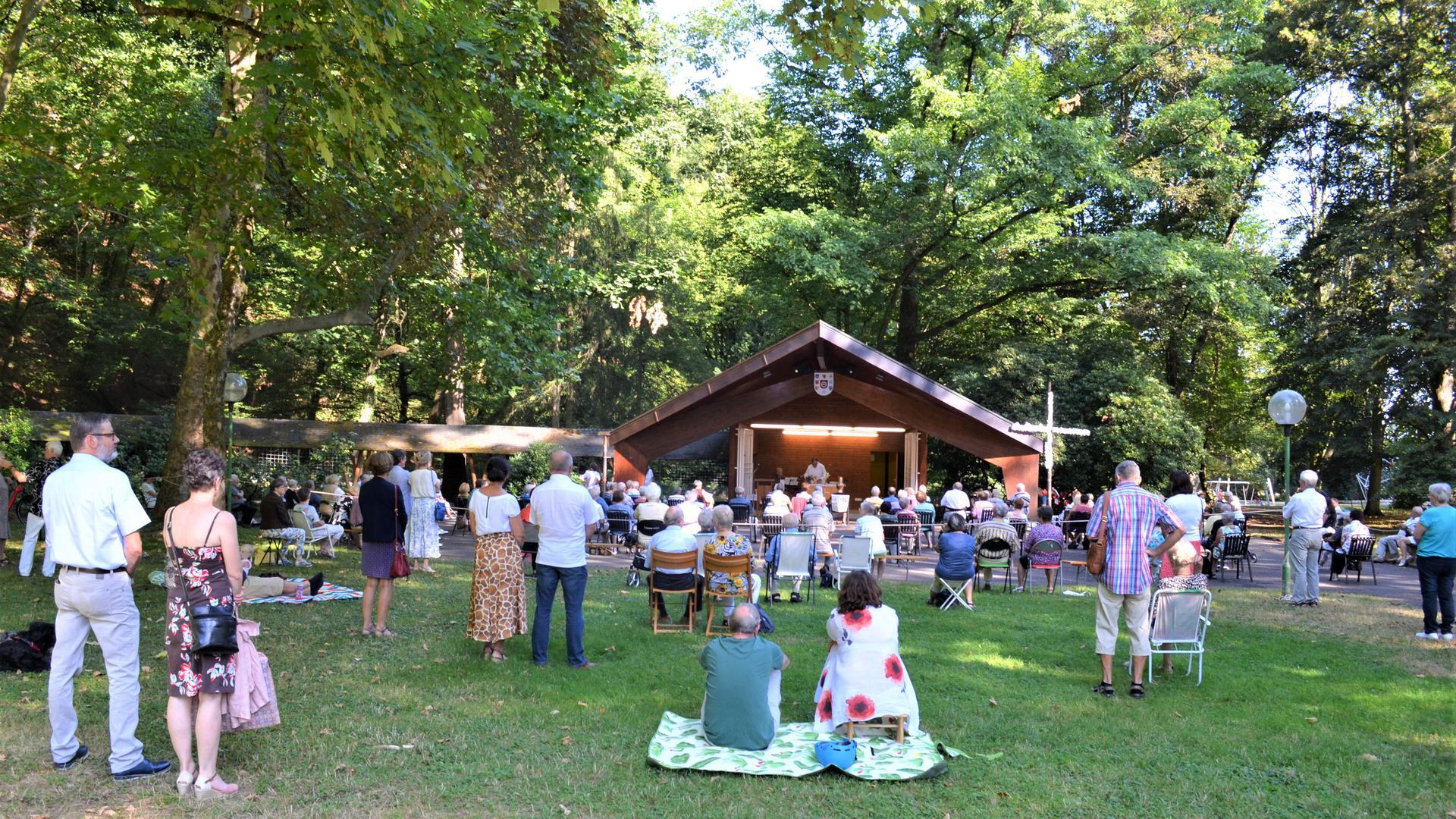 Gottesdienst im Kurpark in Bad Rotenfels: Vor der Konzertmuschel versammeln sich die Gläubigen zum wöchentlichen Gottesdienst der Seelsorgeeinheit Gaggenau am Sonntagmorgen.
