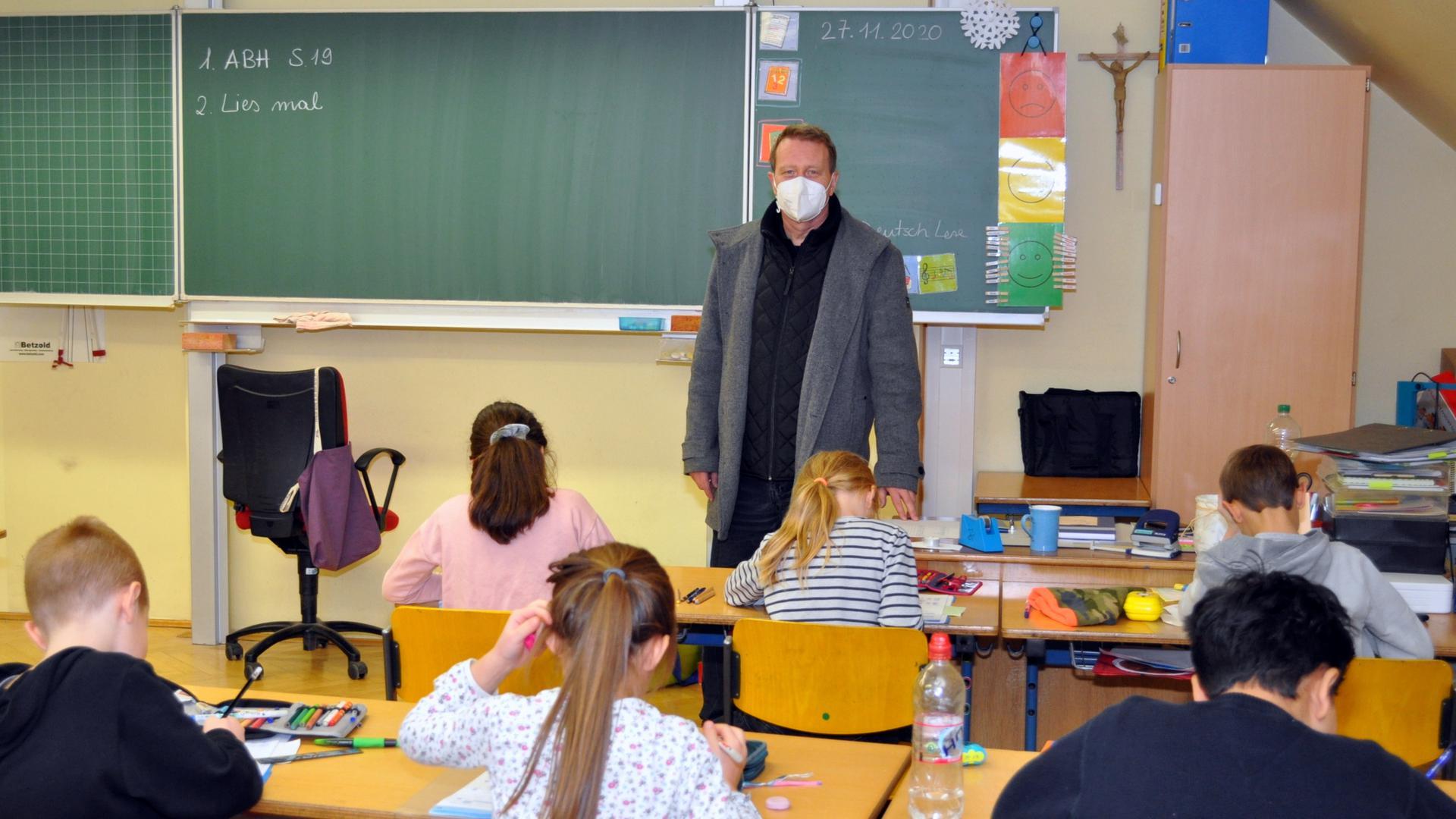 Unterricht im Testzimmer: Die Hans-Thoma-Schule hat ein CO2-Messgerät der Stadtwerke Gaggenau ausprobiert. Es soll das Lüftungskonzept unterstützen, erklärt Schulleiter Rudolf Retzler.