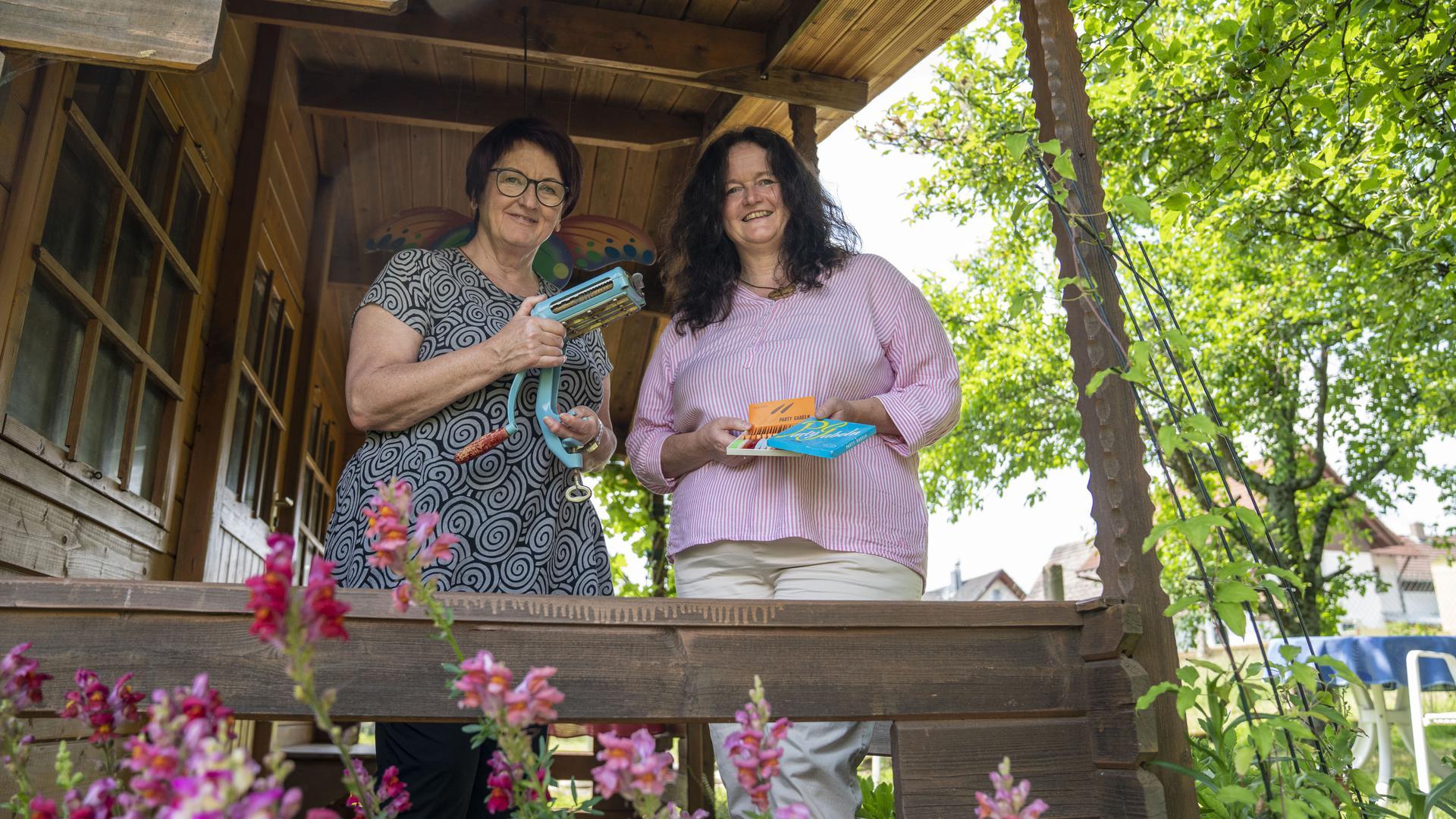 Zwei Damen aus Oberweier sammeln alte Haushaltsgeräte.