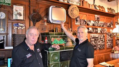 Hotel-Junior-Chef Michael Füchtenschnieder (rechts) und Seniorchef Frank Füchtenschnieder präsentieren die neuen Luftungssysteme in den Gasträumen.