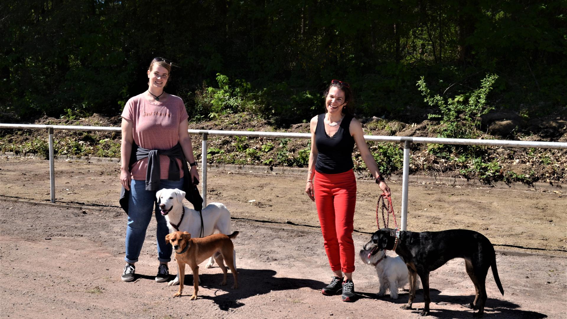 Die staatlich geprüfte Hundetrainerin Anke Antkowiak (rechts) hat auf dem Sportplatz in Selbach eine Hundeschule eröffnet.