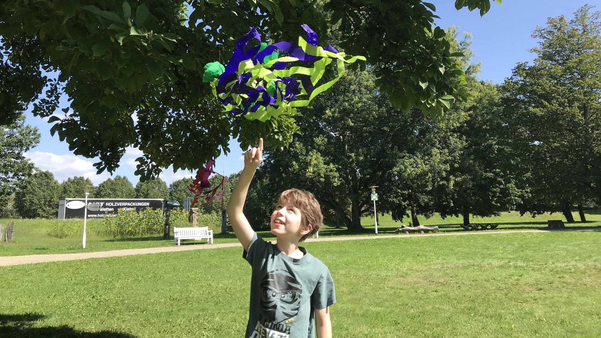 Sebastian, 10 Jahre, mit seinem Sommerkranz