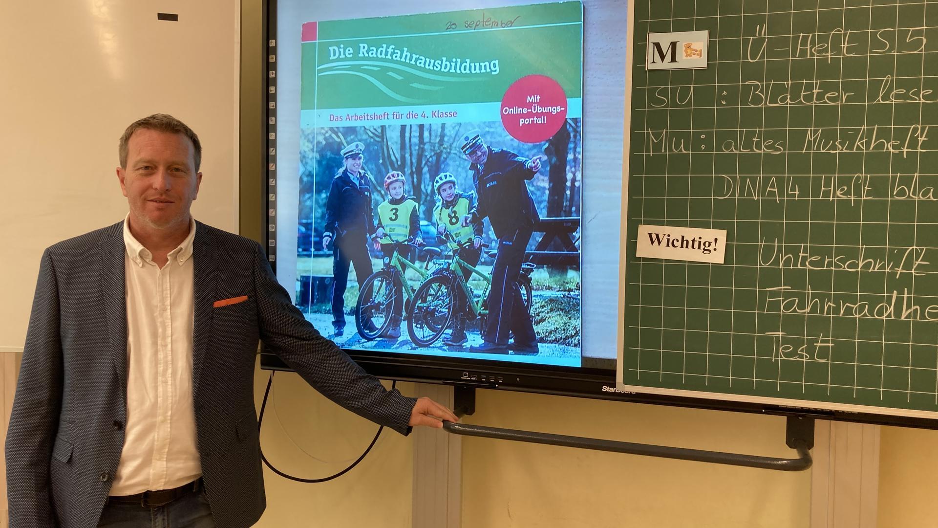 Ein Mann an einer digitalen Tafel
