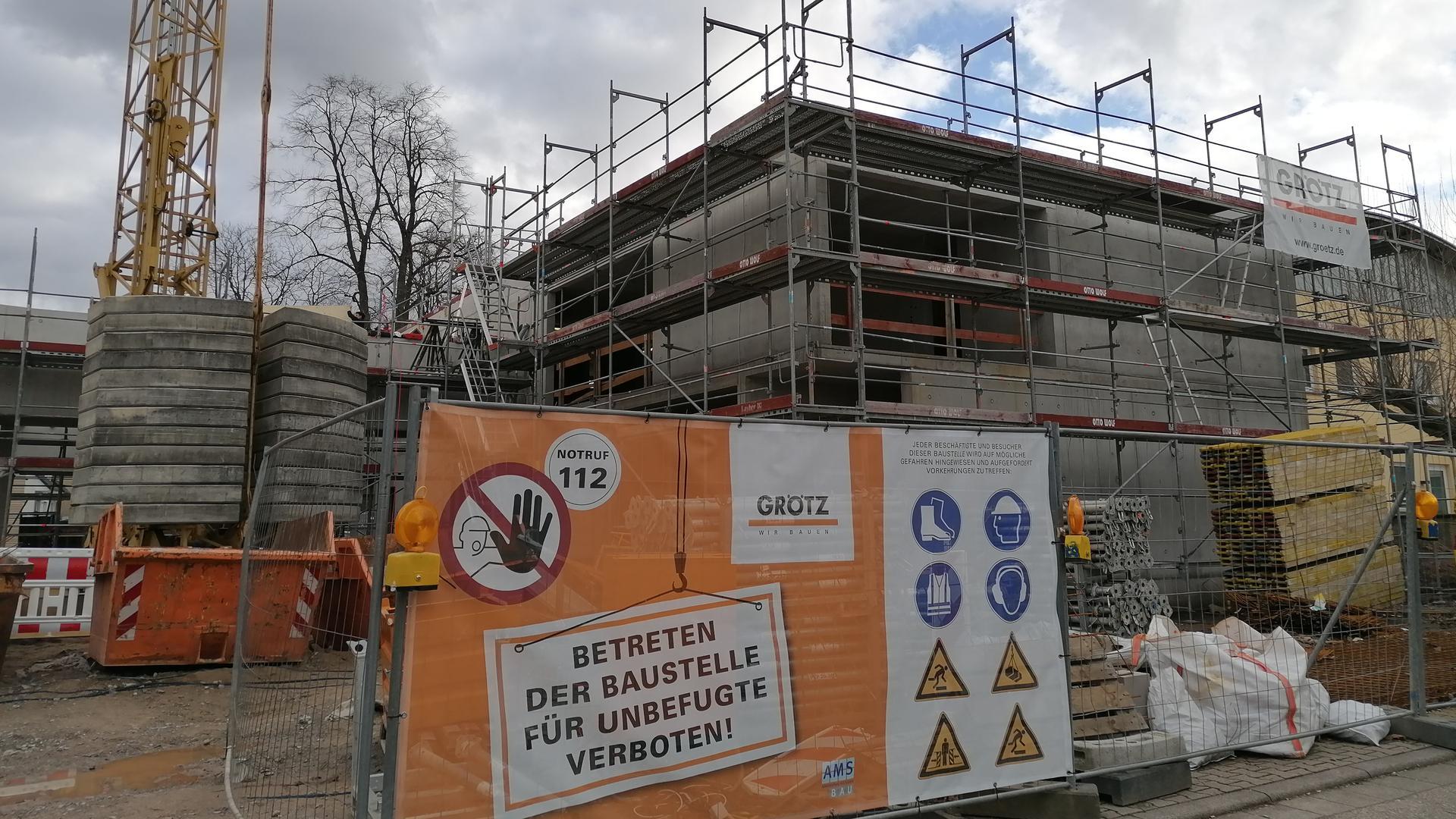 Baustelle der Firma Grötz aus Gaggenau zwischen der Jahnhalle und  der evangelischen Markus Kirche