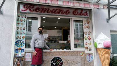 """Simone Mura vor seinem Eiscafe """"Romano-Eis"""" in der Gaggenauer Innenstadt"""