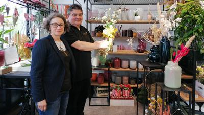 Nikolaus Hertweck und seine Frau Susanne bereiten ihr Blumenfachgeschäft in der Gaggenauer Innenstadt auf die Öffnung am Montag vor.