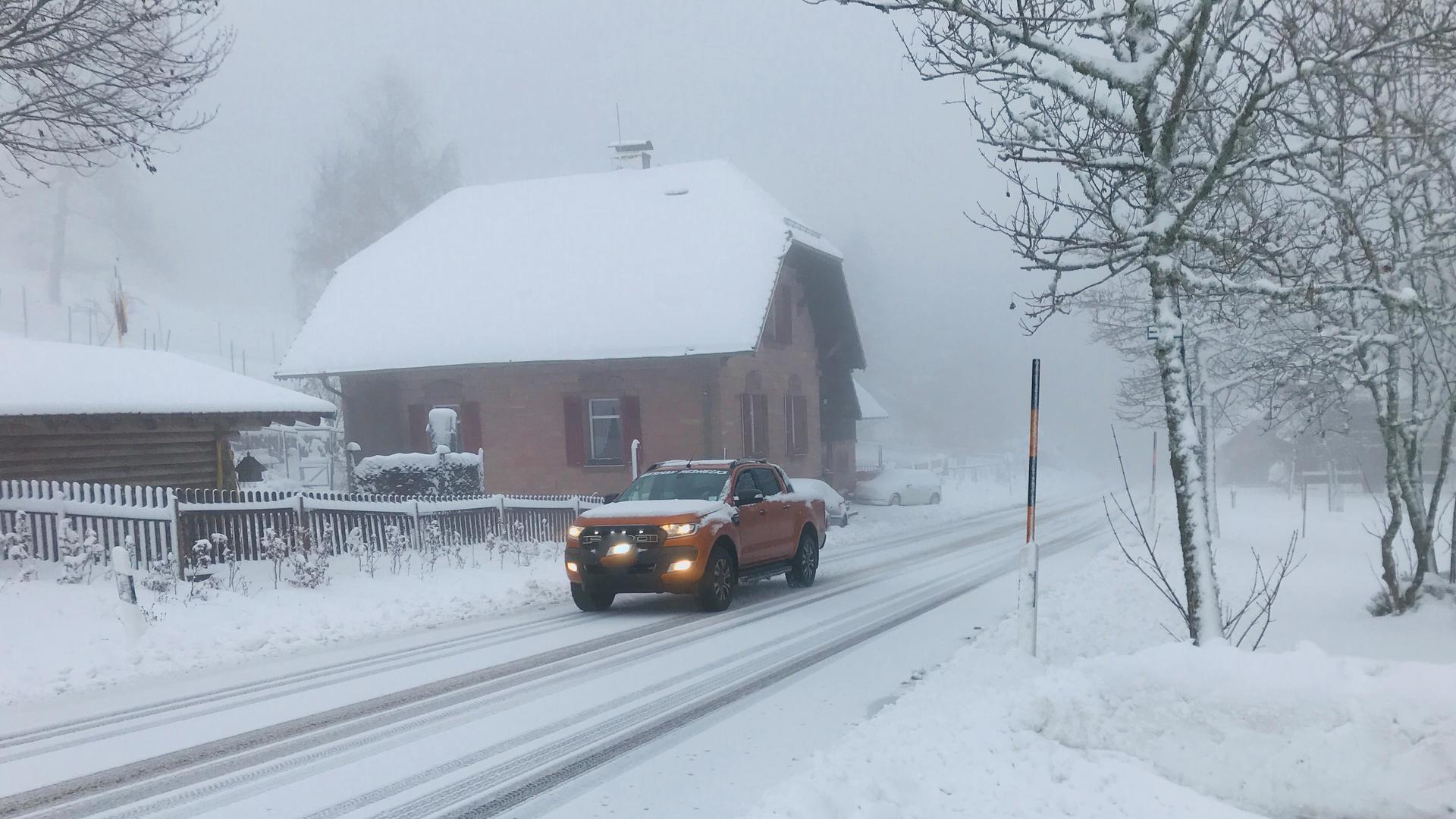 Im Gernsbacher Höhenstadtteil Kaltenbronn ist die Fahrbahn am Morgen des ersten Weihnachtsfeiertags mit Schnee bedeckt.
