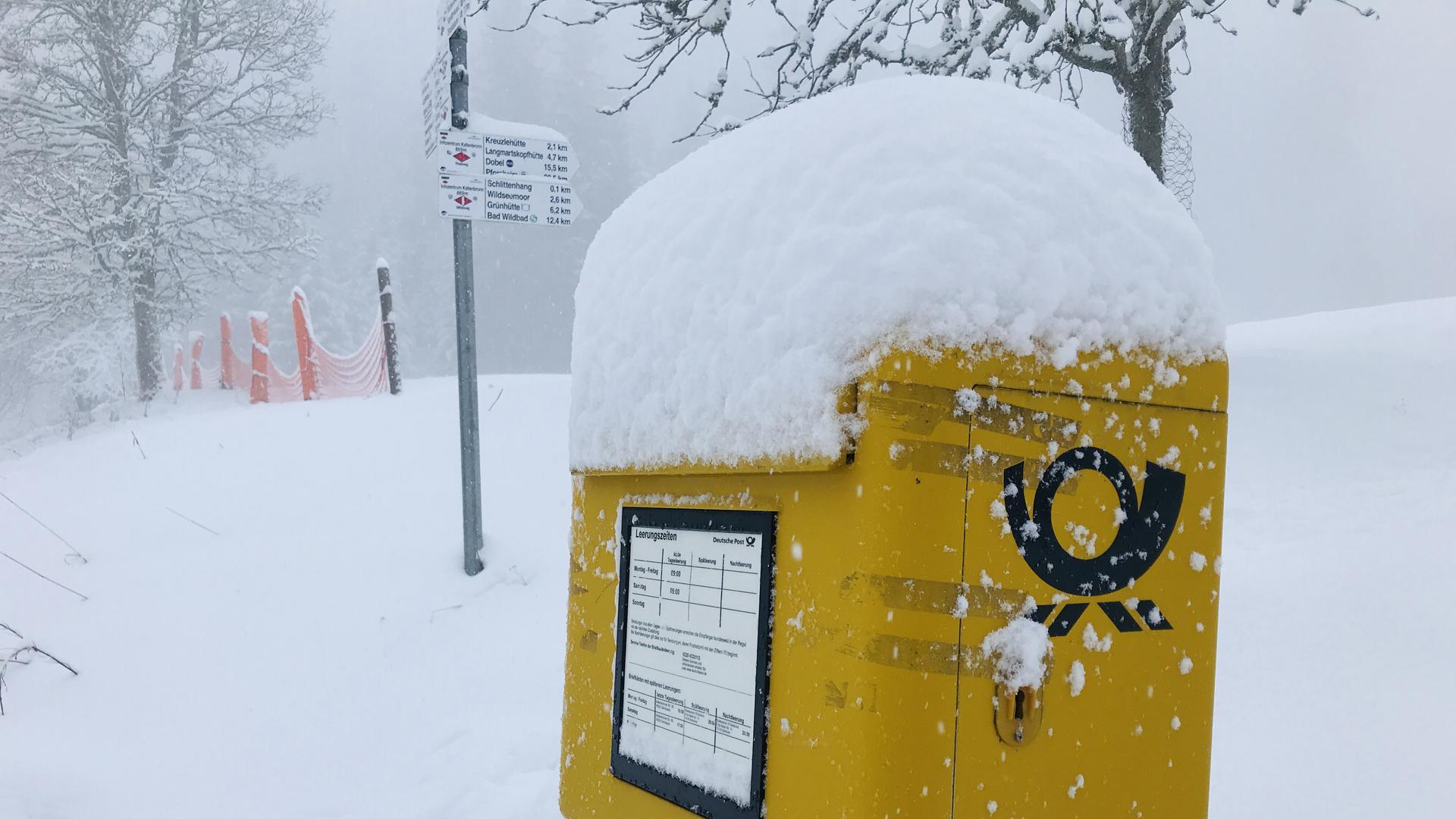 Briefkasten im Gernsbacher Höhenstadtteil Kaltenbronn trägt eine Schneehaube.