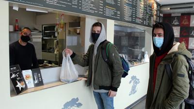 """Zur Abholung bereit: Leon Weber und Philipp Heisch kaufen im """"Miu Miu"""" asiatische Spezialitäten bei Restaurant-Inhaber Imad Yassin."""