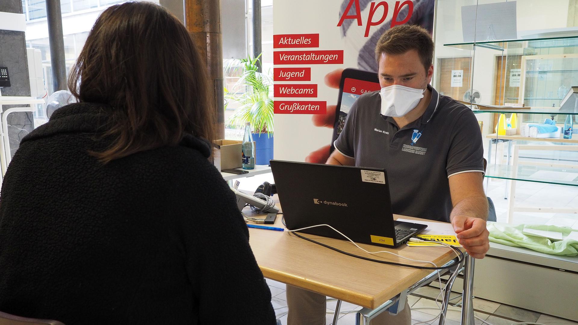 Hier gibt es die nötigen Unterlagen: Am Eingang zum Foyer des Gaggenauer Rathauses werden die Menschen empfangen, die sich bei der Aktion gegen das Coronavirus impfen lassen wollen.
