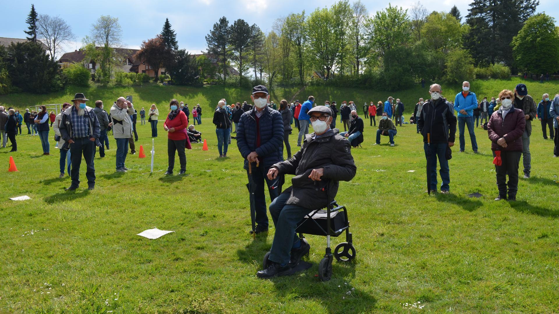 Teilnehmer der Infoveranstaltung zur Erweiterung der Deponie Oberweier auf dem Sportplatz Oberweier