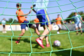 Kinder spielen Fußball.