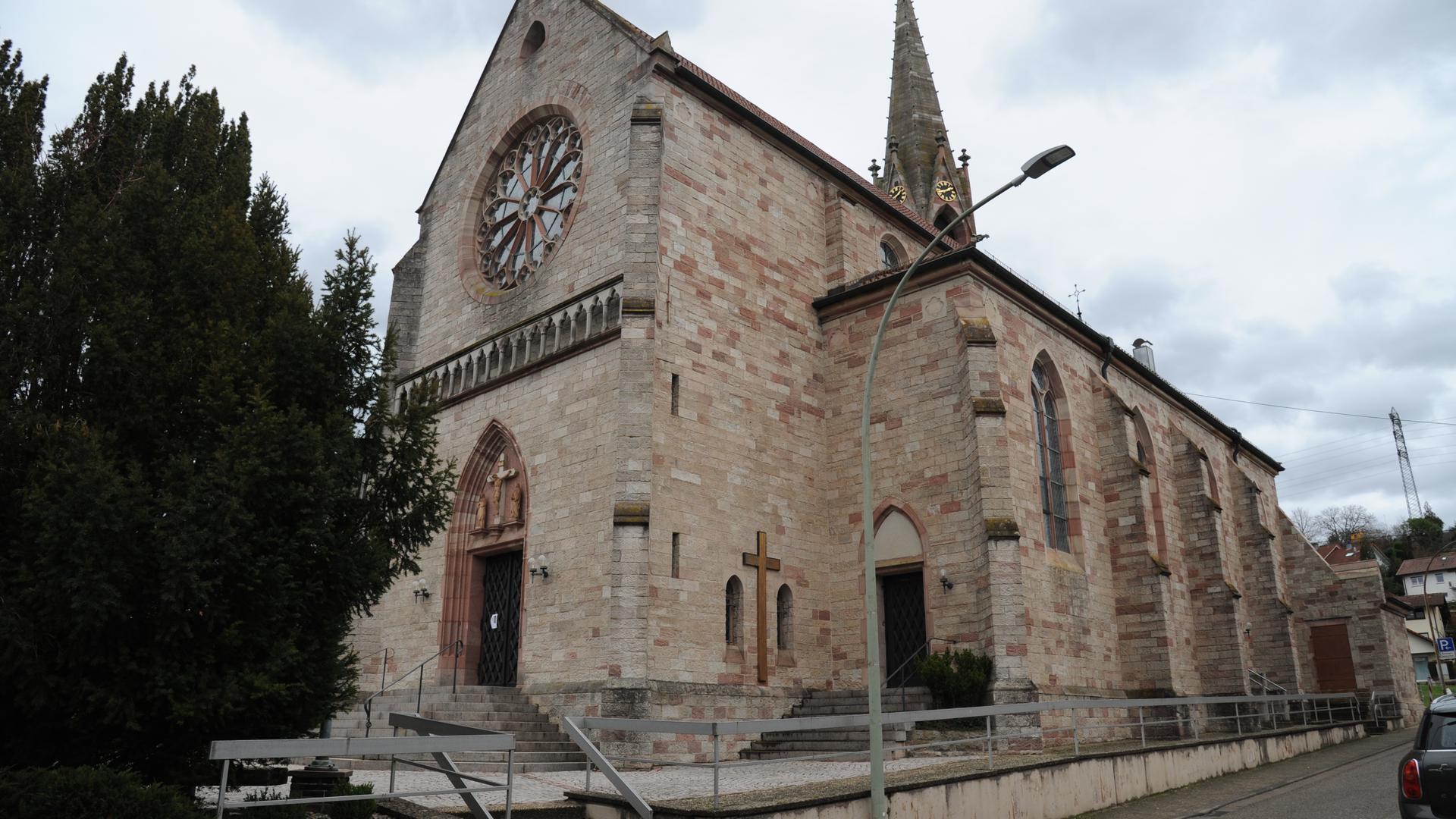 Blick auf Kirche links Baum