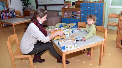 Große Auswahl: Die evangelische Kita in Gaggenau hat mehrere Spiele gewonnen, die sie künftig an die Familien der Kita-Kinder ausleihen will. Gemeinsam probieren Petra Hofmann und die Tochter einer Kollegin eines der neuen Spiele aus.