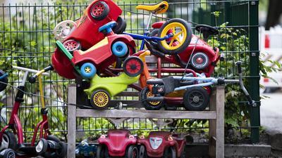 Geparktes Kinderspielzeug an einer Kita.