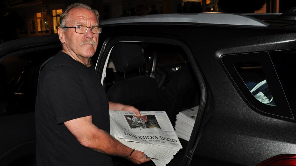 Nächtlicher Einsatz: BNN-Zusteller Manfred Sitzler aus Gernsbach lädt die Zeitungen in sein Auto.