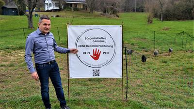 """Markus Huster neben einem Plakat """"Bürgerinitiative Gaggenau – Keine Deponieerweiterung – Kein PFC"""""""