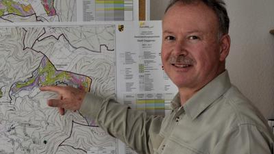 Markus Krebs, Leiter der Forst-Bezirksverwaltung in Gaggenau zeigt auf eine Karte