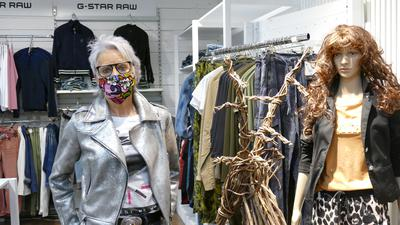 Frau, Jacke in Silber, Kleider.