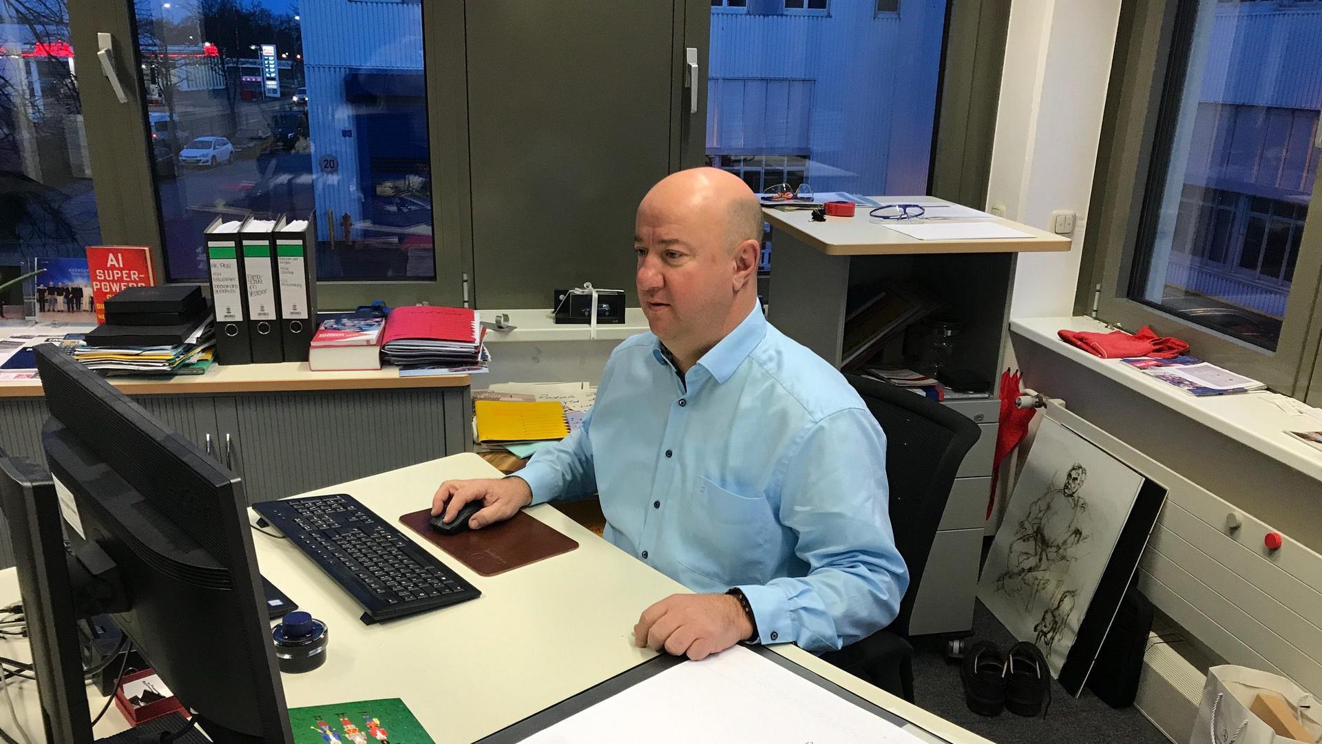 Betriebsrat Michael Brecht am Schreibtisch in Gaggenau