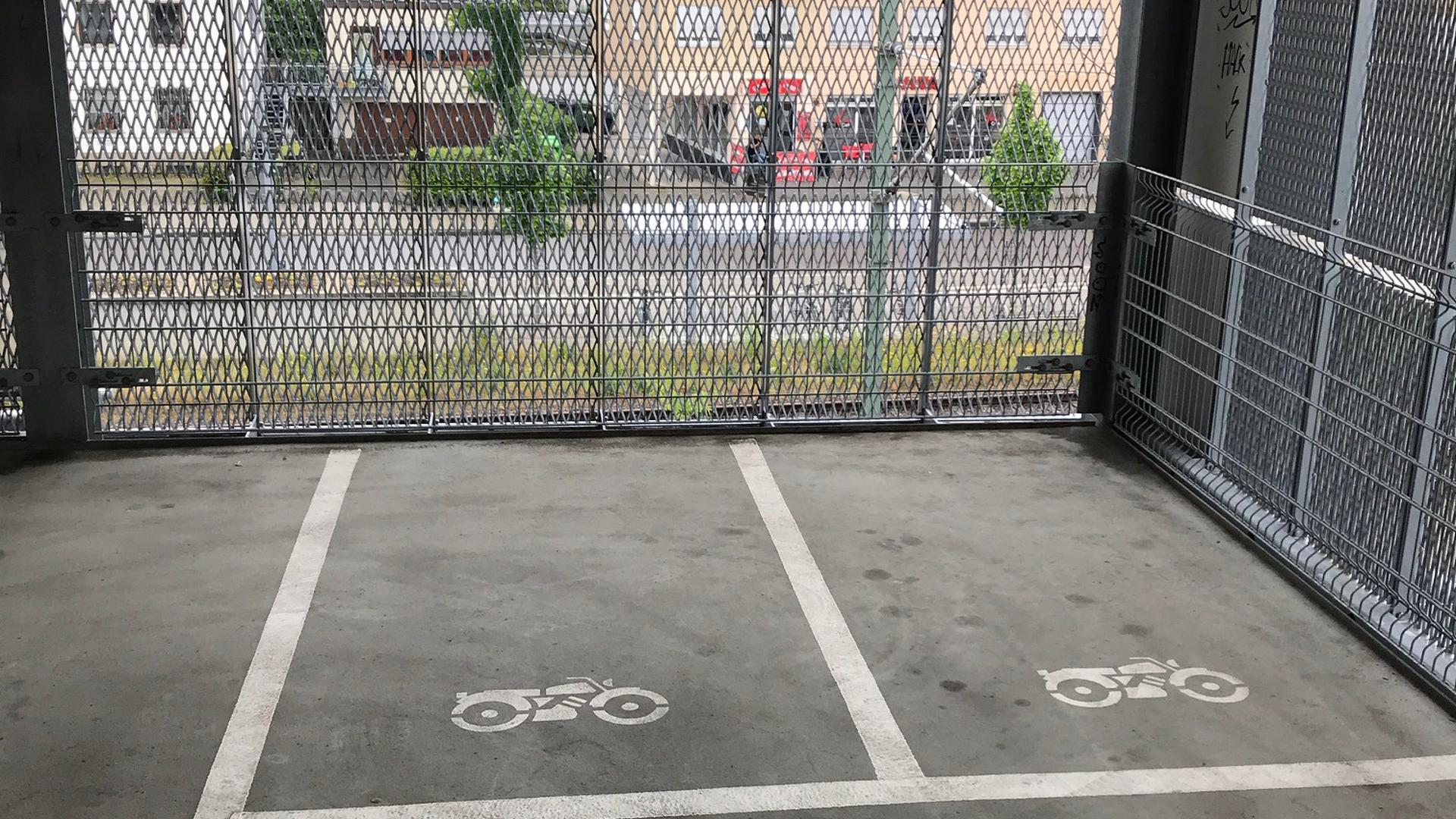 Zwei leere Motorradparkplätze