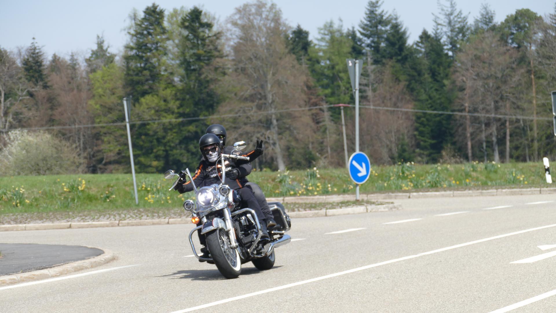 Motorräder an der Abzweigung nach Freiolsheim (zwischen Michelbach und Moosbronn)