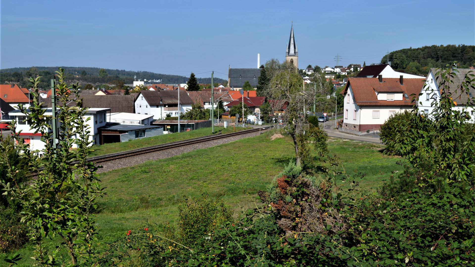 Neubaugebiet  Hördelsteinerweg Ottenau, Wohnbebauung, Bahnlinie und Kirche im Bild