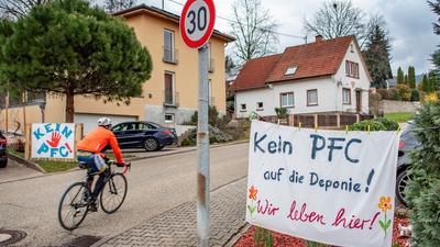 """Straße, Radfahrer und Plakat """"Kein PFC"""""""