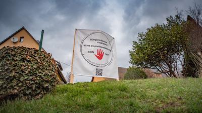 "Plakat ""Bürgerinitiative"" auf Wiese"