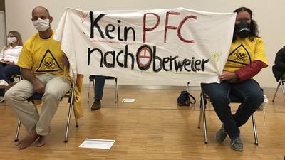 """Die Zuhörer zeigen klare Kante: """"Kein PFC nach Oberweier"""" ist die deutliche Botschaft der Bannerträger und Redner in der Jahnhalle Gaggenau."""