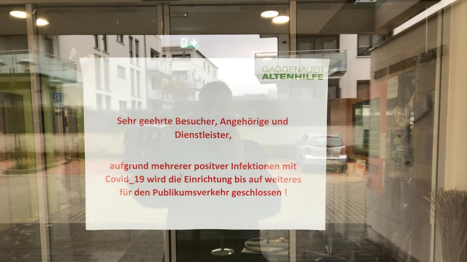 Schild an Glastür eines Heimes: Für Publikumsverkehr geschlossen