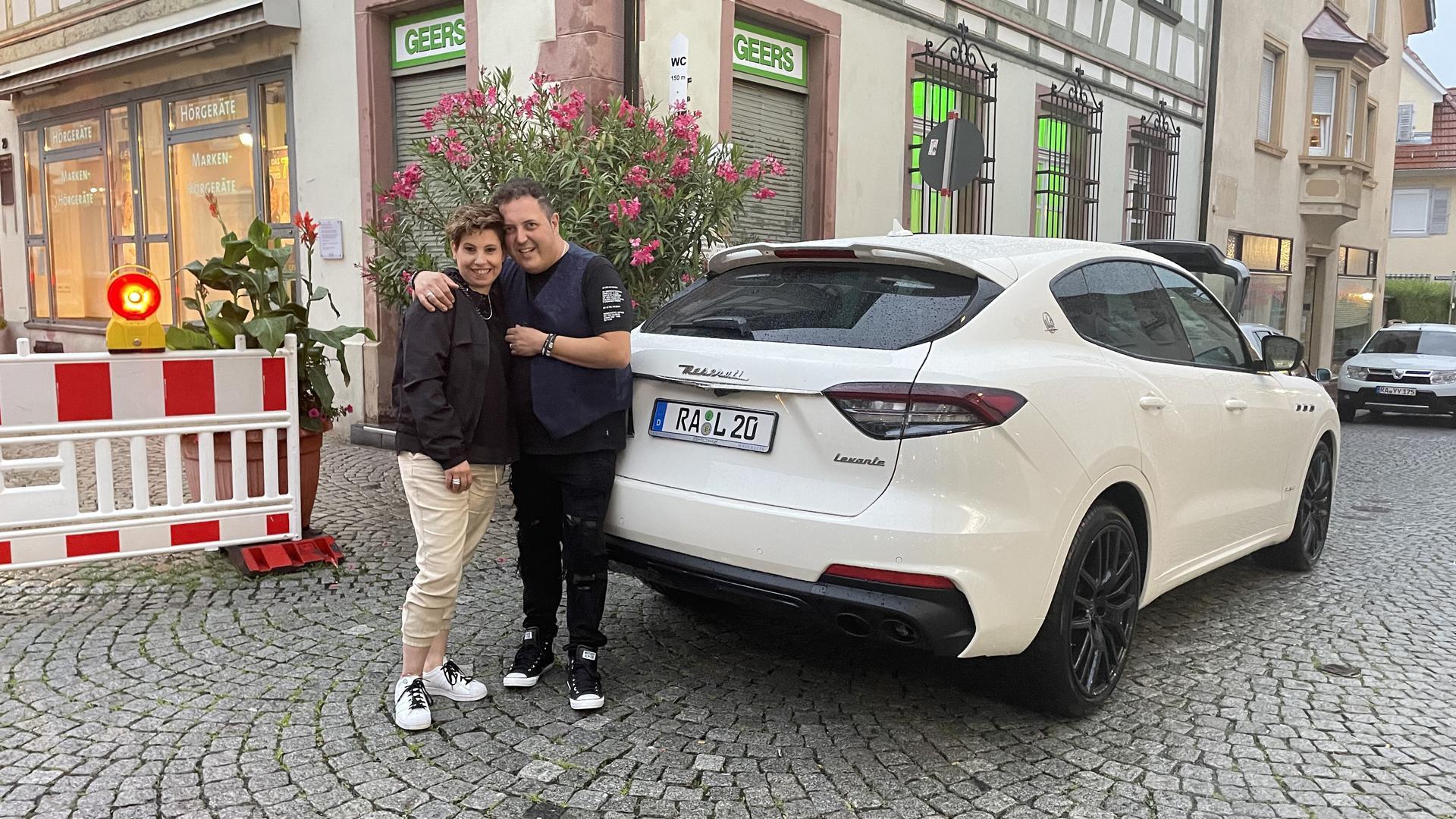 Mann und Frau und weißes Auto