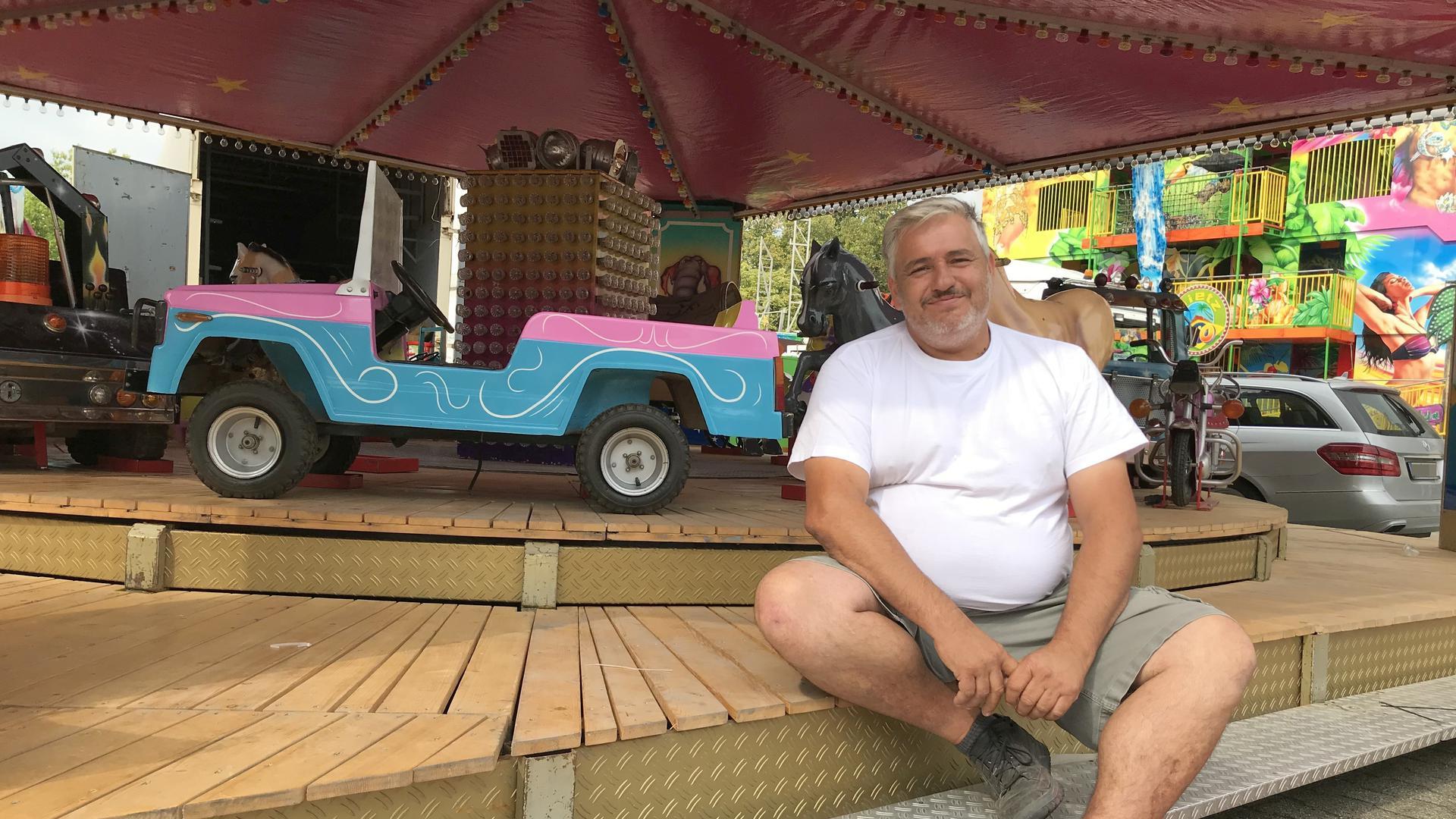 """Hugo Levy freut sich auf die Eröffnung: Beim Pop-Up-Freizeitpark in Gaggenau arbeiten zu können, tut nicht nur dem Geldbeutel der Schausteller gut, sondern auch ihrer Seele. """"Das ist kein Beruf, das ist eine Lebenseinstellung"""", sagt er gerne."""