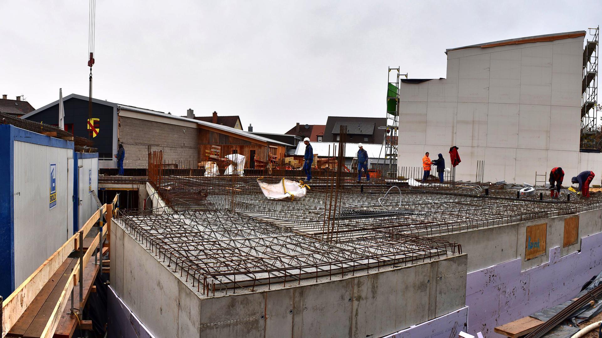 Bau einer Halle aus Beton und Eisenstreben