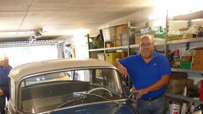 Ralf Friese Junior, Unternehmshistoriker, in der Garage mit einem Oldtimer der Marke Audi