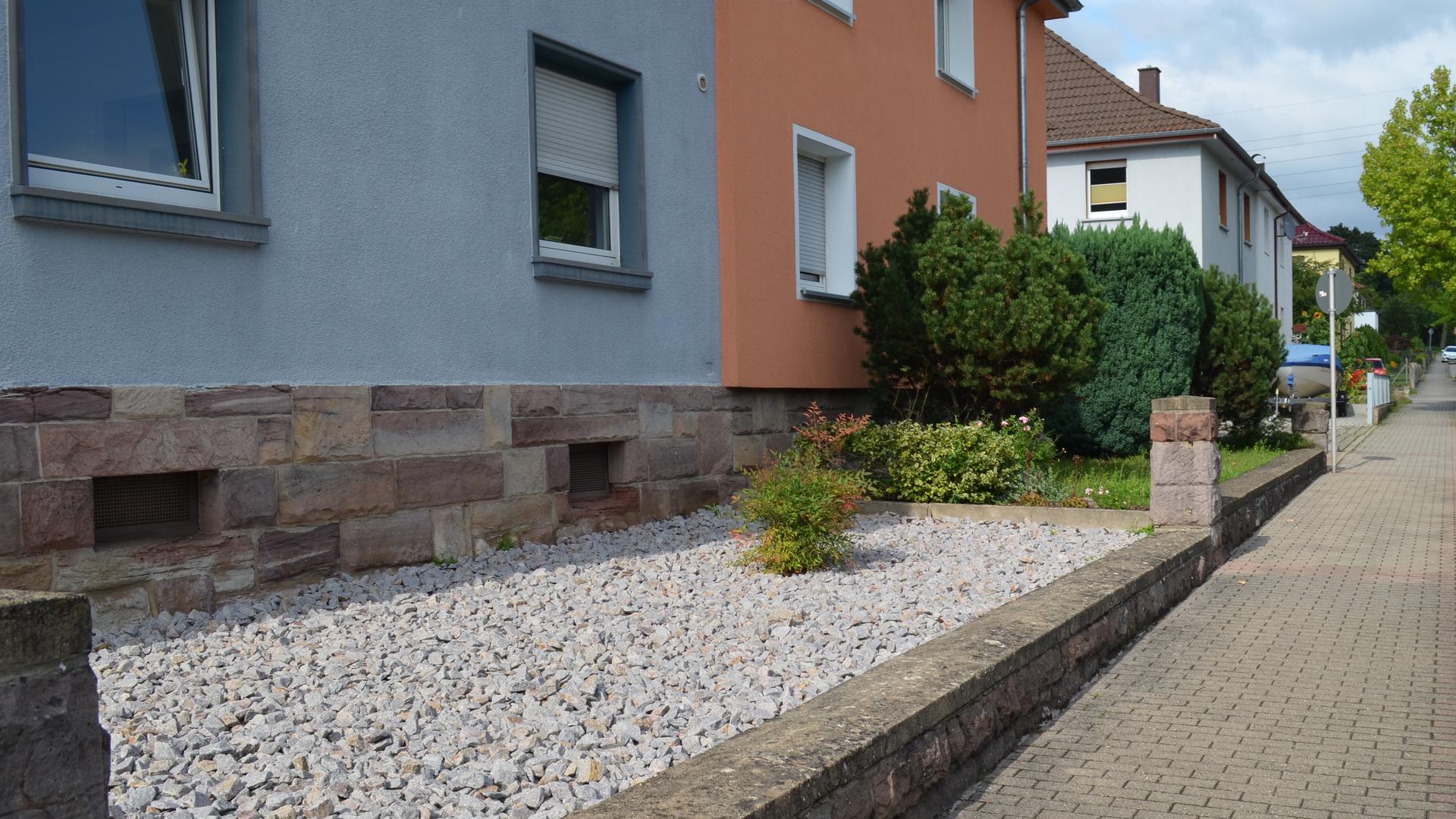 Schottergarten vor einem Haus