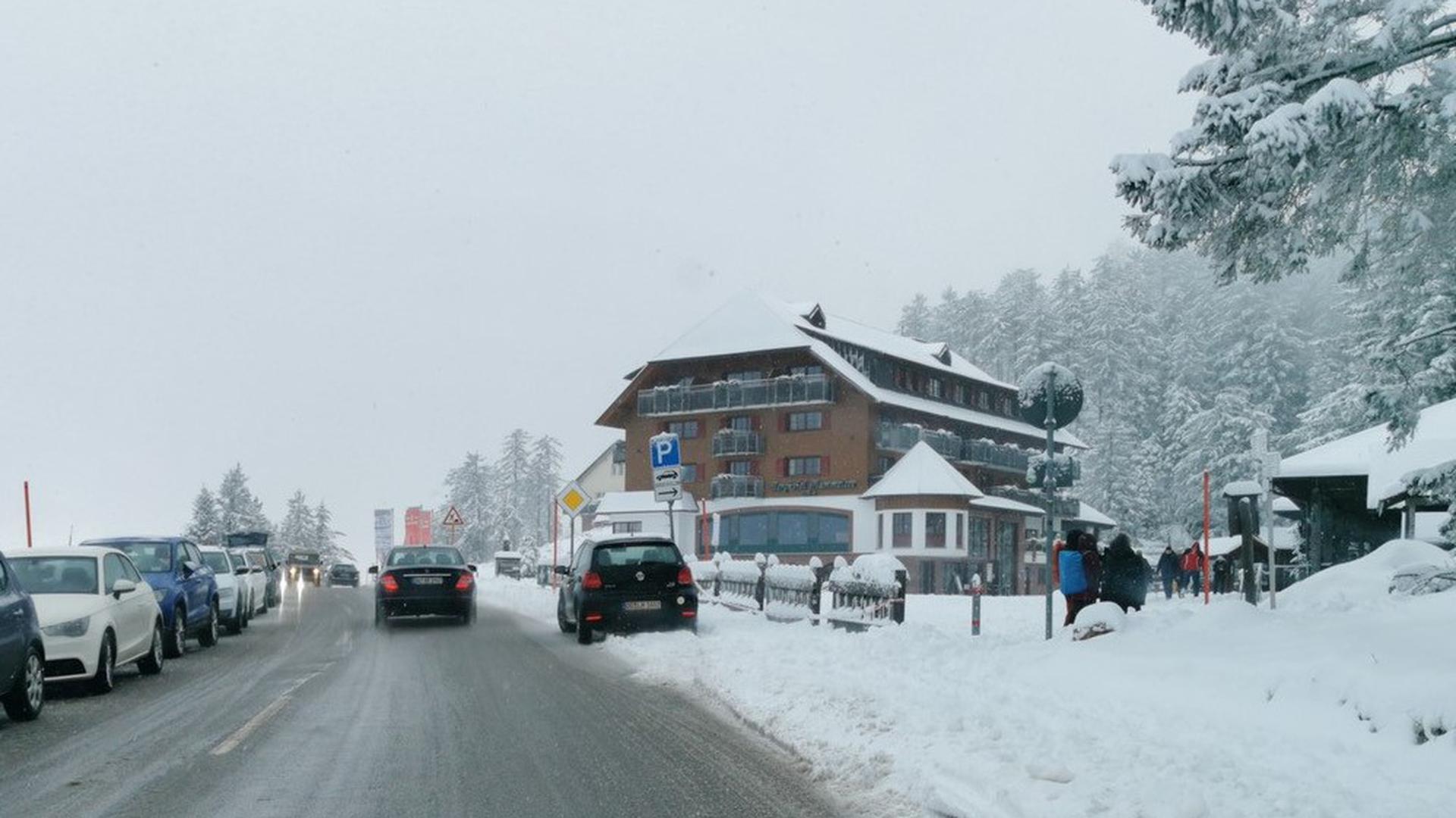 Am Mummelsee an der Schwarzwaldhochstraße herrscht am Nachmittag des ersten Weihnachtsfeiertags reger Ausflugsverkehr.