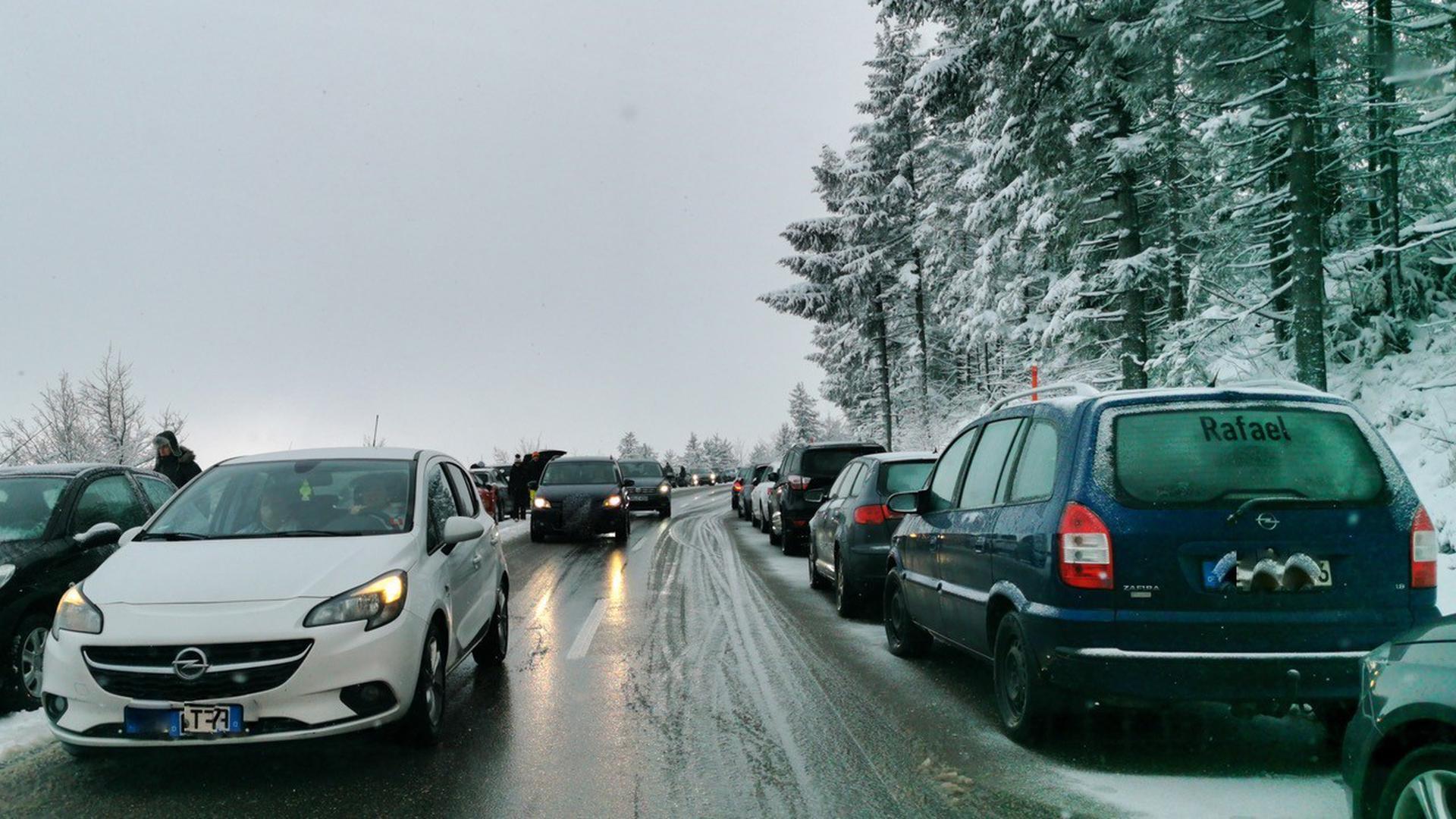 Auf der Schwarzwaldhochstraße parken bei schönem Winterwetter die Fahrzeuge am Fahrbahnrand.