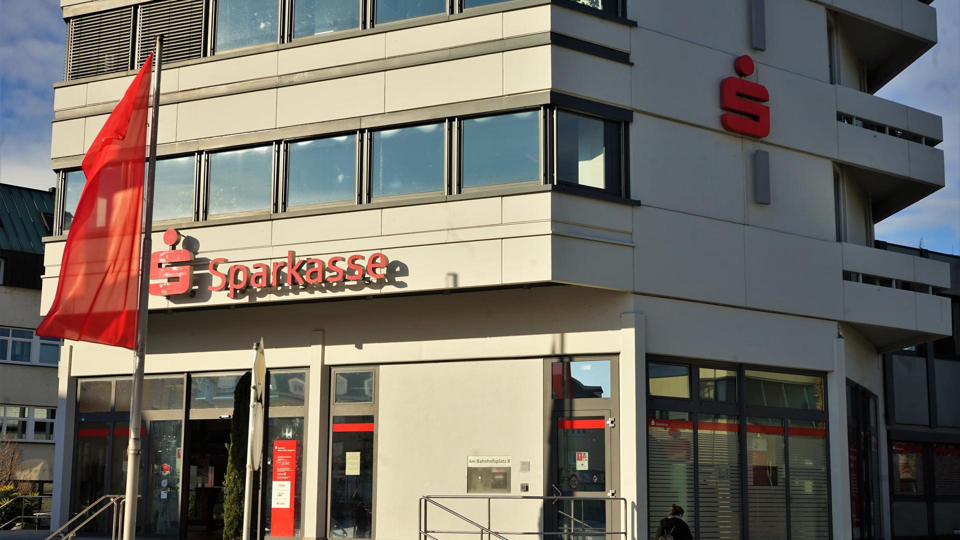 Sparkasse Gaggenau von außen, Treppe, rote Fahne
