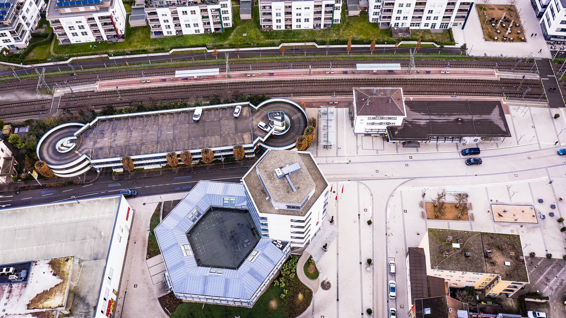 von oben: Häuserfront und weitere Gebäude