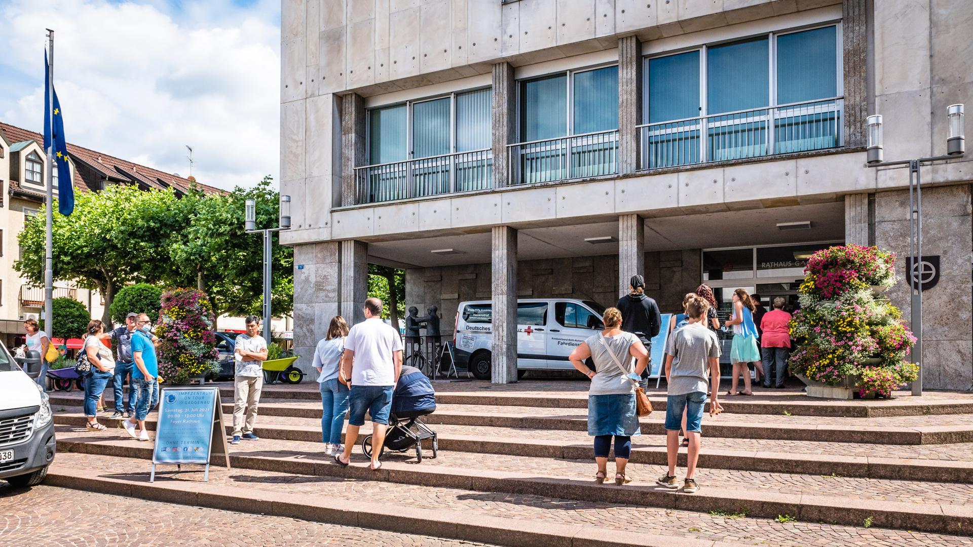 Eine Schlange von Menschen steht vor dem Rathaus in Gaggenau.