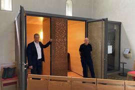 2 Männer in Kirche