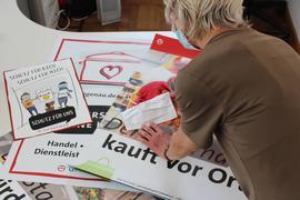 Plakate und Masken: Karin Hegen-Wagle sammelt im Archiv der Stadt Gaggenau Erinnerungsstücke an die Corona-Pandemie. Sie zeigen unter anderem, wie die Stadtverwaltung zum Schutz der Bevölkerung beigetragen hat.