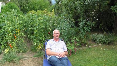 Mann auf Liege im Garten
