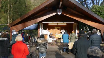 Unter freiem Himmel trafen sich mehr Menschen als erwartet zur Eucharistie-Feier mit den Sternsingern.