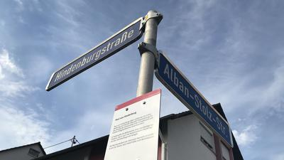"""Zwei umstrittene Namen am selben Mast: Einst geehrt, sind sowohl Paul von Hindenburg als auch Alban Stolz mittlerweile in die Kritik geraten. Die Stadt Gaggenau hat die Hindenburgstraße auf Betreiben des """"Arbeitskreises Gedenken"""" mit einer historischen Einordnung versehen. Die Alban-Stolz-Straße ist bislang unkommentiert."""