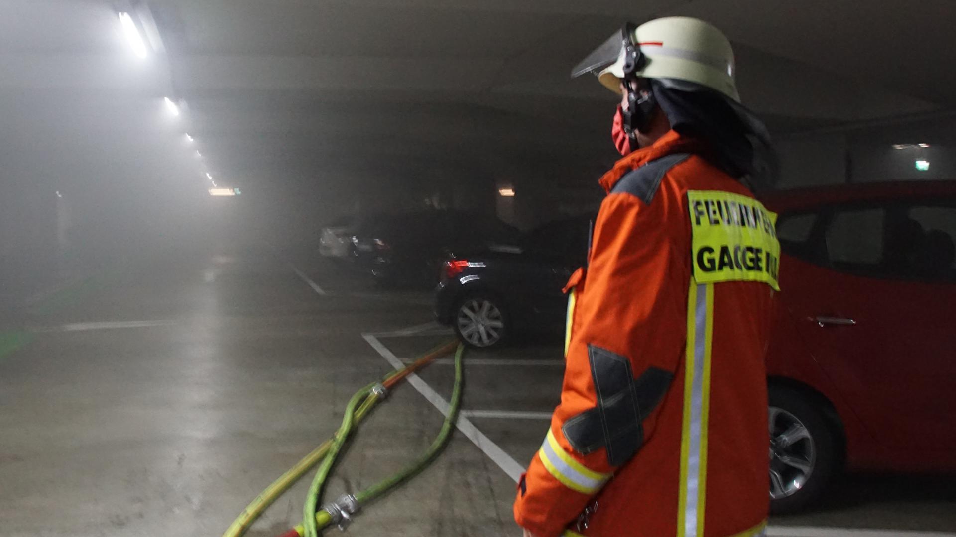 18.9.2020: Die Feuerwehr Gaggenau löscht ein brennendes Auto in einer Tiefgarage.