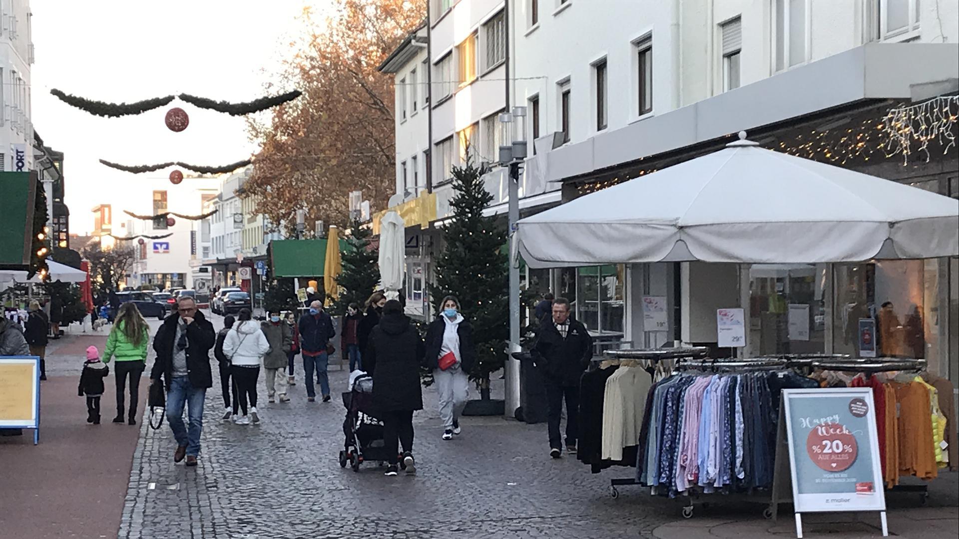 Leute in Fußgängerzone Gaggenau Nov 2020